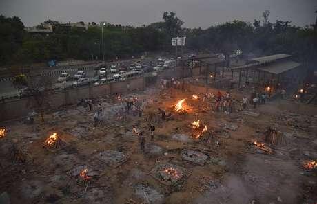 Cremação em massa de vítimas da Covid-19 em Nova Délhi, capital da Índia