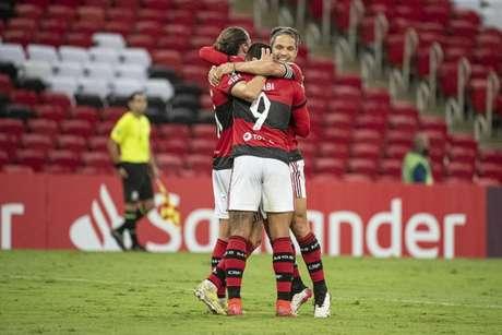 Gabigol, autor de dois gols, comemora com Diego e Filipe Luís (Foto: Alexandre Vidal/Flamengo)
