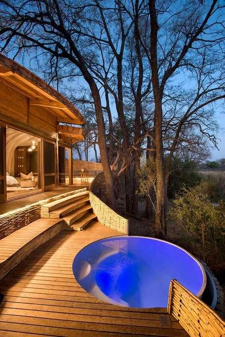 4. Admire a paisagem do entorno dentro da piscina redonda. Fonte: Pinterest