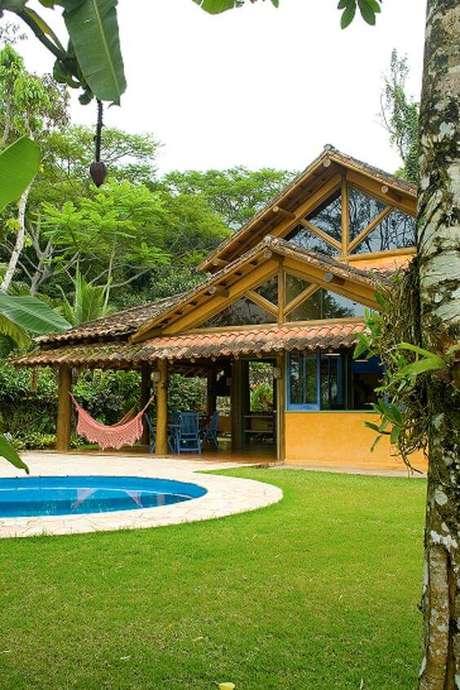 36. Casa de campo aconchegante com piscina redonda na área externa. Fonte: Arkpad
