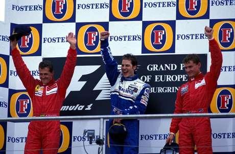 Villeneuve vibra no pódio com Schumacher e Coulthard