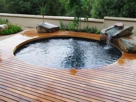25. Modelo de piscina redonda estruturada sobre o deck de madeira. Fonte: Pinterest