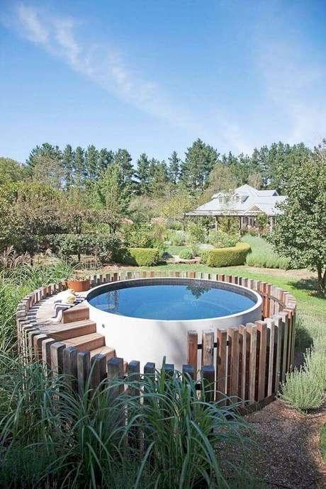 37. As ripas de madeira delimitam a área da piscina redonda. Fonte: The Rexgarden