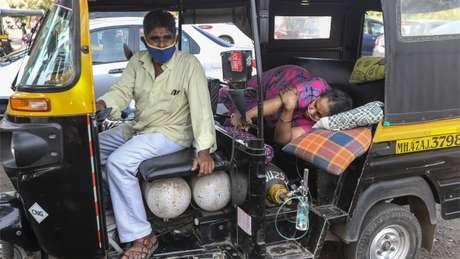 Mulher deitada à espera de assistência médica; Delhi tem uma das melhores instalações de saúde da Índia, mas chegou a mais de 99% dos leitos de terapia intensiva ocupados