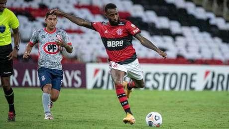 100º jogo dos Coringa: o meia Gerson em ação contra o Unión La Calera (Foto: Alexandre Vidal/Flamengo)