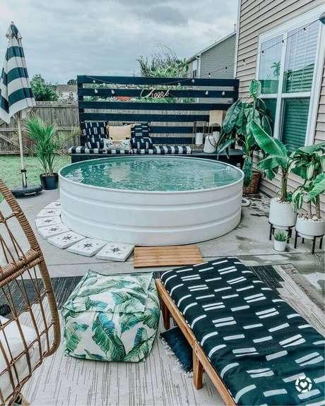 42. Área de lazer pequena aconchegante com piscina redonda elevada. Fonte: Pinterest