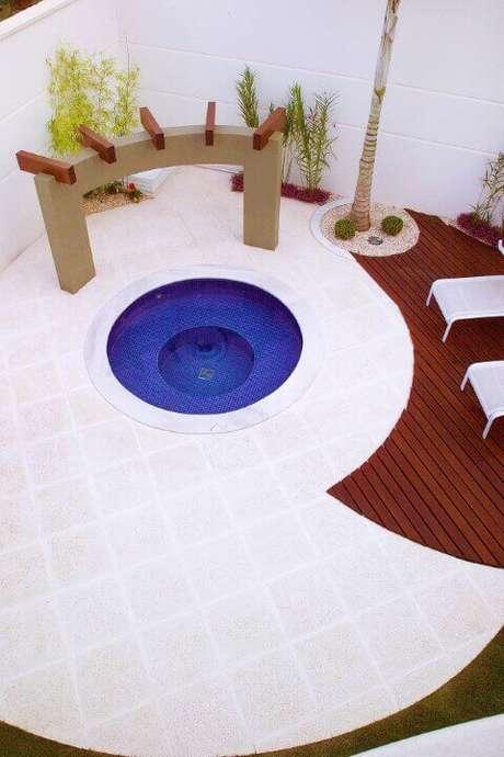21. O recorte do deck em madeira traz um contraste interessante para a piscina redonda pequena. Projeto de Aquiles Nicolas Kilaris
