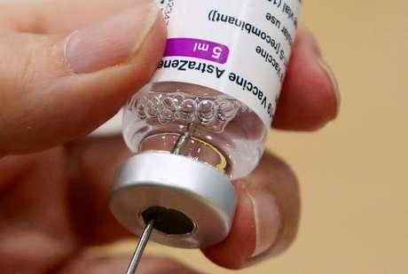 Vacina da AstraZeneca contra Covid-19 é preparada para aplicação na Antuérpia 18/03/2021 REUTERS/Yves Herman