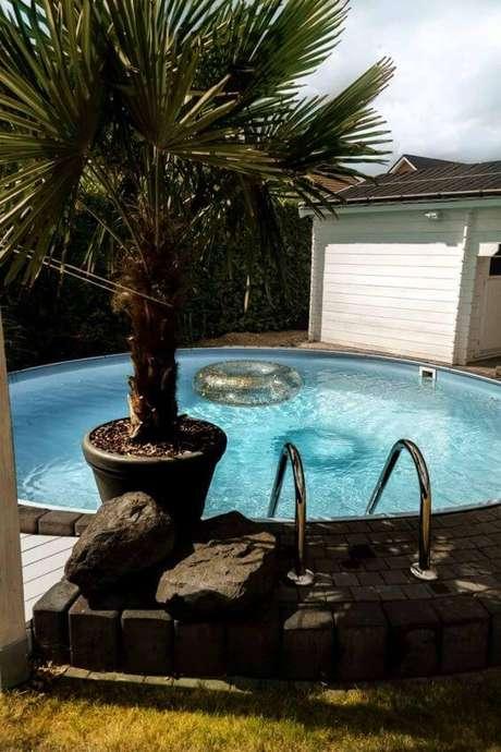 31. Jardim com piscina redonda grande. Fonte: Pinterest