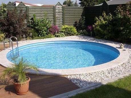 14. O paisagismo do entorno deixou a piscina de fibra redonda ainda mais acolhedora. Fonte: Arkpad