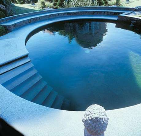 29. Modelo de piscina estrutura redonda com escada de alvenaria interna. Fonte: Pinterest