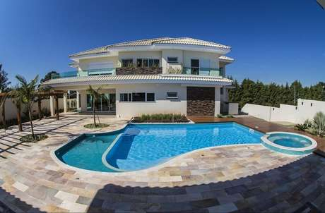 38. Casa com piscina redonda interligada a piscina com formato orgânico. Fonte: Sodramar