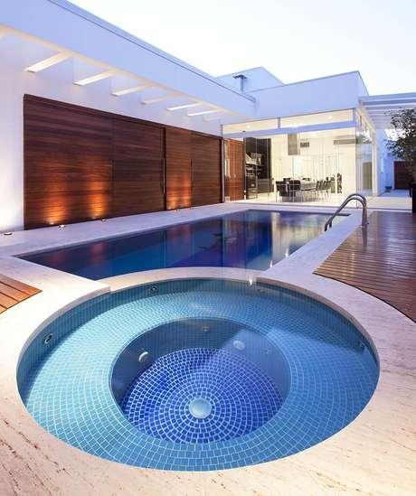 44. A piscina infantil redonda se interliga com a piscina maior em formato retangular. Fonte: Homepedia