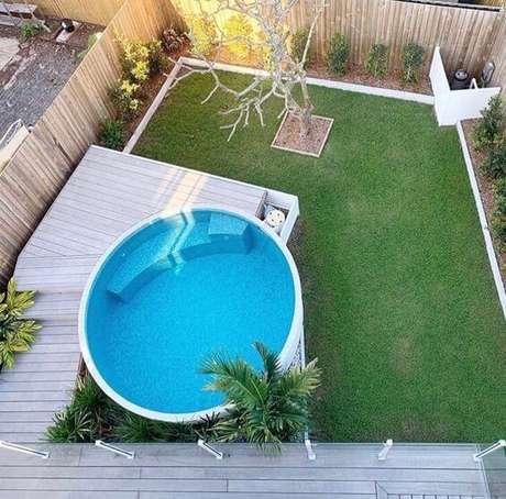 24. Modelo de piscina redonda estruturada com deck de madeira. Fonte: Pinterest
