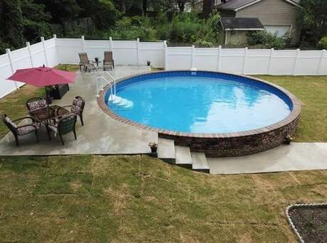 48. A área de lazer com dois níveis não impediu a montagem da piscina de fibra redonda. Fonte: Arkpad