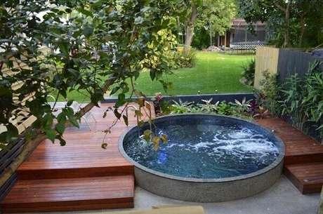30. Jardim com piscina redonda e hidromassagem, que tal? Fonte: Pinterest