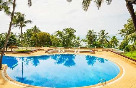32. Invista em um lindo projeto paisagístico ao redor da piscina redonda. Fonte: Homepedia