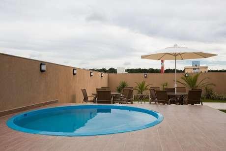 43. Área externa com piscina redonda grande. Fonte: Magda Braga