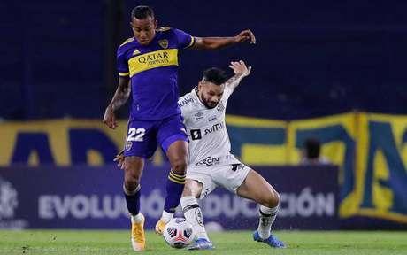 Pará disputa bola com Villa, autor do segundo gol do Boca (Foto: Juan Ignacio RONCORONI / POOL / AFP)