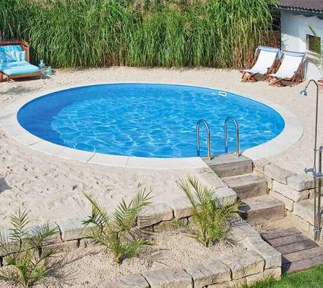 9. Piscina de fibra redonda com areia, estilo prainha. Fonte: Pinterest