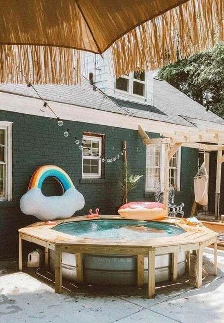 17. Piscina redonda de plástico com estrutura lateral de pallet. Fonte: Pinterest
