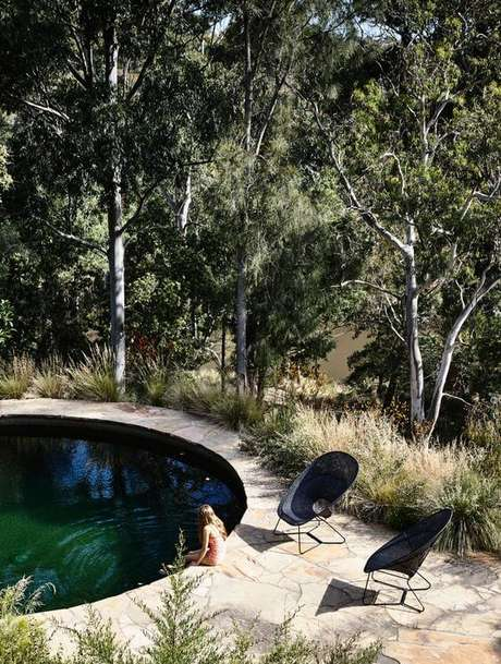 45. A piscina estrutura redonda se conecta coma paisagem do entorno. Fonte: Pinterest