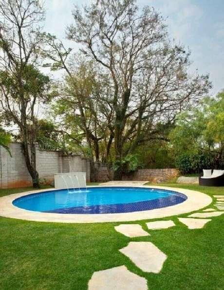 13. Modelo de piscina redonda grande com cascata. Projeto de Jannini Sagarra Arquitetura