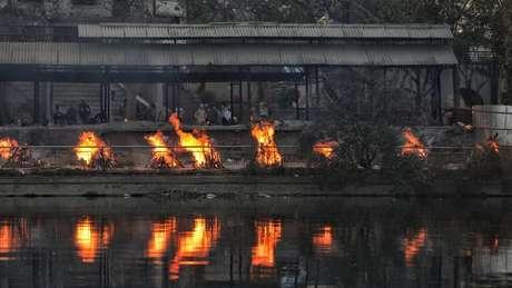 Piras funerárias em crematório na cidade de Lucknow, uma das mais atingidas na Índia
