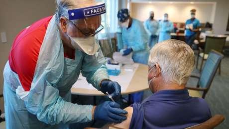 Vacinação contra covid-19 na Flórida; promessa de Biden de imunizar americanos com 100 milhões de doses foi cumprida