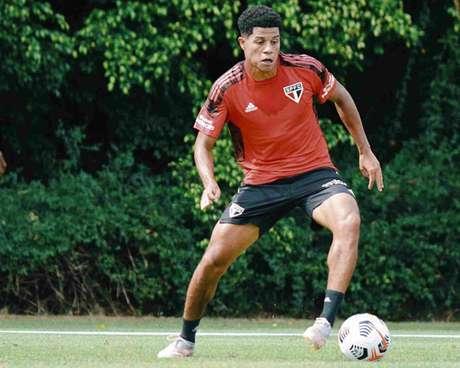 Gabriel Sara trabalhou com bola na manhã desta quinta-feira (Foto: Fellipe Lucena/São Paulo FC)
