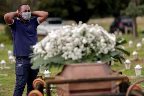 Enterro de vítima da Covid-19 no cemitério Campo da Esperança, em Brasília (DF)  29/04/2021 REUTERS/Ueslei Marcelino