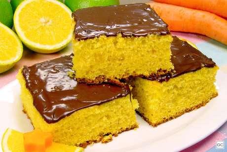 Guia da Cozinha - Receita de bolo de laranja com cenoura e mel para adoçar a sua tarde