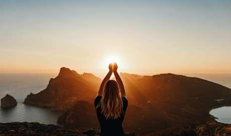Existem alguns hábitos que ajudam a manter a sua vibração mais elevada e a atrair as melhores energias para a sua vida