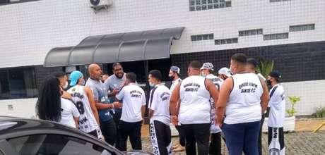 Torcedores do Santos vão ao CT para cobrar diretoria e comissão técnica