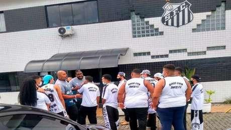 Grupo de torcedores do Santos foi até o CT Rei Pelé nesta segunda (Foto: Reprodução)
