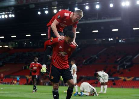 Jogadores do Manchester United comemoram vitória sobre a Roma na Liga Europa 29/04/2021 REUTERS/Phil Noble