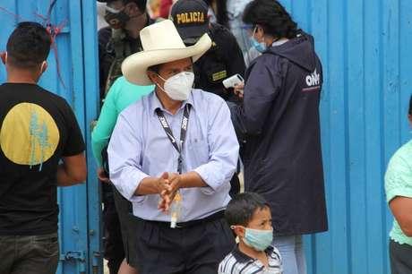 Pedro Castillo do lado de fora de local de votação em Cajamarca, no Peru 11/04/2021 Vidal Tarqui/ANDINA/Divulgação via REUTERS