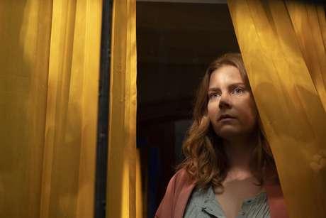 Em 'A Mulher na Janela', Amy Adams interpreta uma psicóloga fica obcecada com seus novos vizinhos