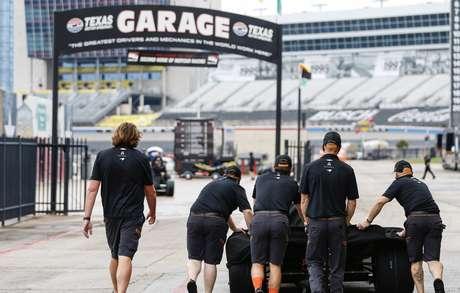 McLaren recolhe carros enquanto pista seca no Texas