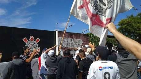 Antes de clássico, torcedores do Corinthians vão ao CT para cobrar jogadores e à comissão.