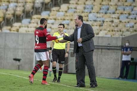 O atacante Gabriel Barbosa e o técnico Rogério Ceni durante o jogo da Libertadores (Foto: Alexandre Vidal/Flamengo)