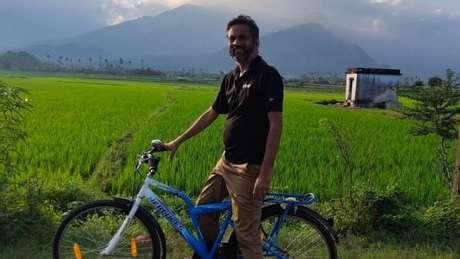 A aldeia onde Sridhar mora não tem serviços básicos, embora tenha algo que é essencial para ele trabalhar: internet