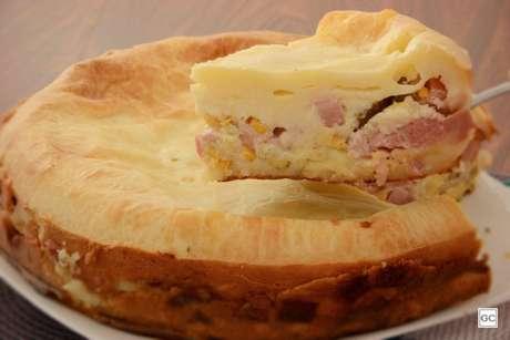 Guia da Cozinha - Torta de pão de queijo com frios: receita fácil para o lanche da tarde