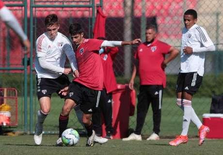 Equipes da base do São Paulo fizeram treino coletivo neste sábado em Cotia (Foto: Rubens Chiri/saopaulofc.net)