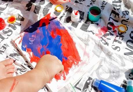 É possível produzir a própria tinta para as crianças em casa, estimulando a área sensorial