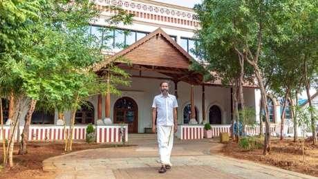 Sridhar na frente de sua casa no sul da Índia