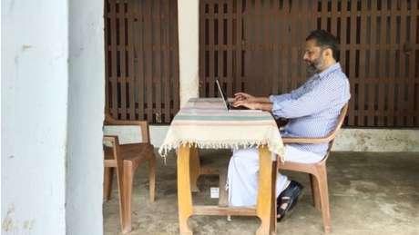 Sridhar explica que a tecnologia permitiu que ele trabalhasse da aldeia remota