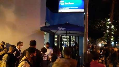 Estabelecimento localizado na rua Paul Redfern, em Ipanema, foi multado por aglomeração. Mais de100 pessoas se reuniam no local
