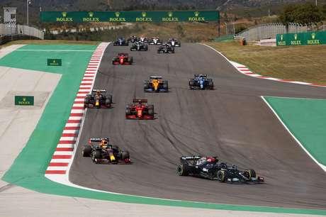 Lewis Hamilton passa Verstappen em manobra decisiva em Portimão