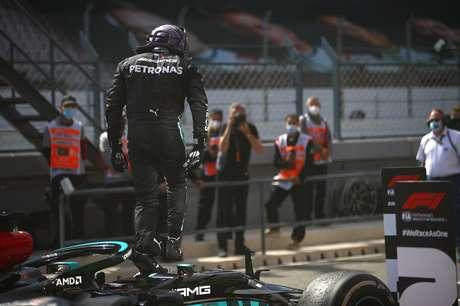 Lewis Hamilton salta do carro após grande vitória em Portugal